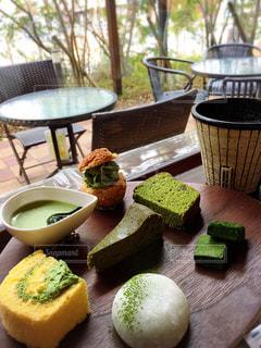 食品のプレートをのせた木製テーブルの上のコーヒー カップ - No.709883