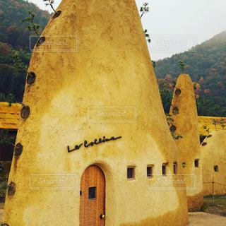 背景の山の大きな建物の写真・画像素材[711422]