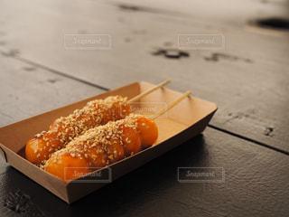 近くのテーブルの上に食べ物をの写真・画像素材[711426]