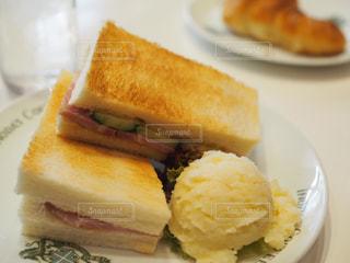 半分に切ってサンドイッチ トッピング白プレートの写真・画像素材[715039]