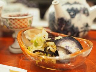テーブルの上に食べ物のボウルの写真・画像素材[715059]