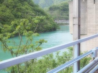 フェンスを流れる川の写真・画像素材[716434]