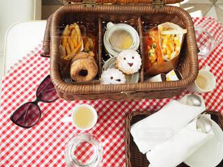 テーブルの上に食べ物のプレートの写真・画像素材[716687]