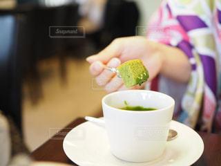 テーブルの上のコーヒー カップの写真・画像素材[716697]
