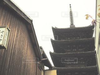 建物の前に座っている木製の時計の写真・画像素材[716699]