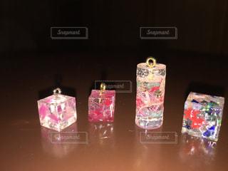 テーブルの上のピンクの花のグループの写真・画像素材[730493]