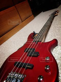 近くにギターのアップ - No.730499