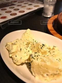 テーブルの上に食べ物のプレートの写真・画像素材[751332]