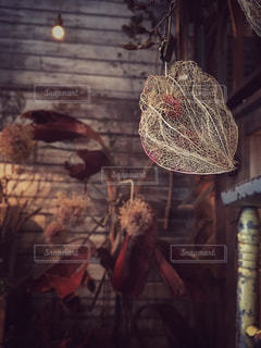 れんが造りの建物の上に花の花瓶の写真・画像素材[792013]