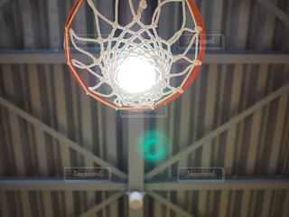 近くにバスケット ボールのフープのアップの写真・画像素材[795344]