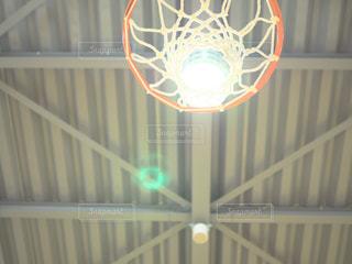 近くにバスケット ボールのフープのアップの写真・画像素材[795346]