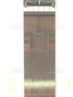 近くにガラス建築のアップの写真・画像素材[795376]