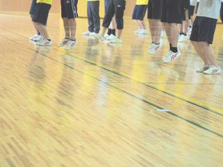 バスケット ボールのコートに立っている人々 のグループ - No.795391