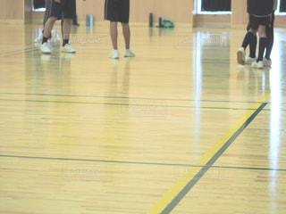 バスケット ボールのコートに立っている人々 のグループの写真・画像素材[795395]