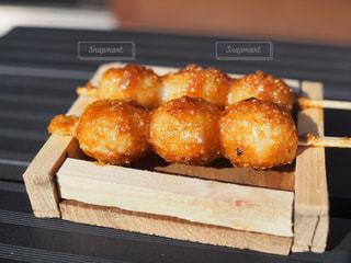 近くの木製のテーブルの上に食べ物をの写真・画像素材[849444]
