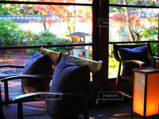 窓の前に座っている椅子の写真・画像素材[927654]