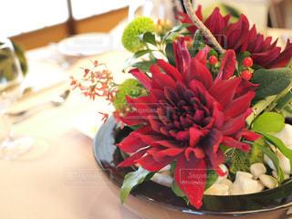 テーブルの上に花瓶の花の花束の写真・画像素材[927668]