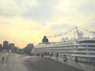 バック グラウンドでの大型船の写真・画像素材[933810]