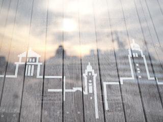 木製のフェンスの横にあるギターの写真・画像素材[933812]