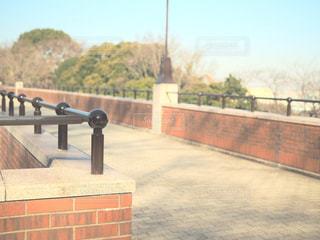 フェンス側に木製のベンチの写真・画像素材[933840]