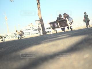 道路の側をスケート ボードに乗って男の写真・画像素材[933845]