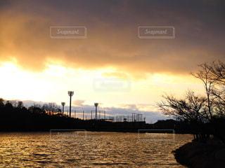 水の体に沈む夕日 - No.947477