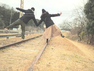 線路ではしゃぐ2人の写真・画像素材[947480]