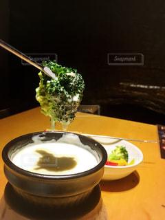 テーブルの上に食べ物のボウルの写真・画像素材[961237]