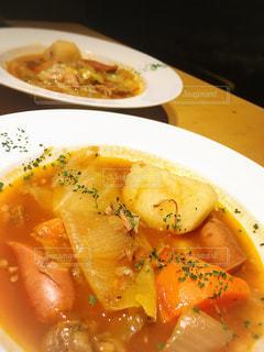 板の上に食べ物のボウルの写真・画像素材[961239]