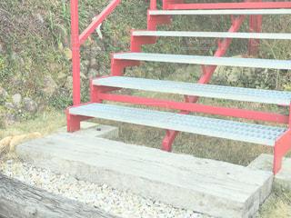 フェンスの横にある赤いベンチの写真・画像素材[995084]