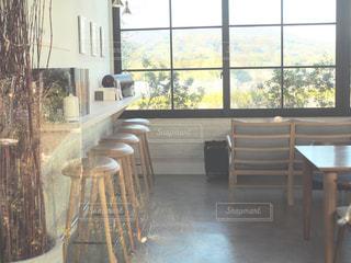 リビング ルームの家具と大きな窓いっぱいの写真・画像素材[995087]