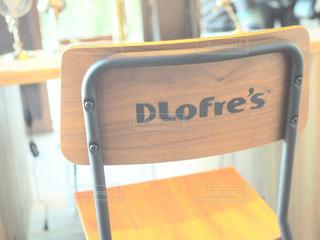椅子に座っているスーツケースの写真・画像素材[995096]