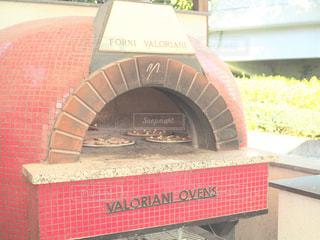 ボックスに座って暖炉の写真・画像素材[995137]