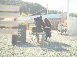 地面に座っている男の写真・画像素材[995433]