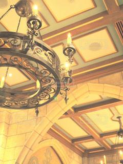 天井からぶら下がっている時計の写真・画像素材[1010994]