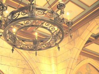 天井からぶら下がっている時計の写真・画像素材[1010995]