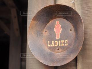 木製のテーブル上の標識の写真・画像素材[1011019]