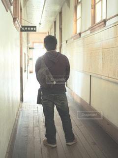 歩道に立っている人の写真・画像素材[1070123]