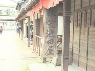 建物の側面にある記号の写真・画像素材[1155393]