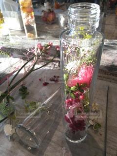 テーブルの上の花の花瓶の写真・画像素材[1205111]