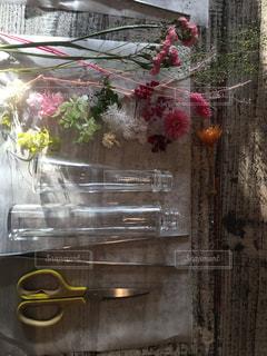 テーブルの上の花の花瓶の写真・画像素材[1205112]
