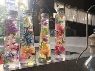 花の花瓶は、店の窓の前に座ってください。の写真・画像素材[1205115]