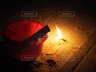 近くに夜の赤色光のアップの写真・画像素材[1308164]