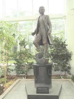 ウィンドウの前に立っている男の写真・画像素材[1373220]