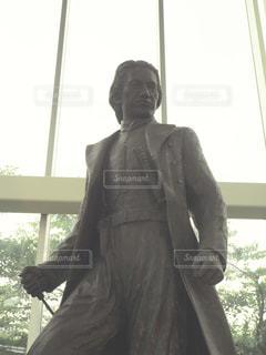 ウィンドウの前に立っている男の写真・画像素材[1373221]
