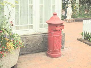 建物の前に赤い消火栓の写真・画像素材[1380835]