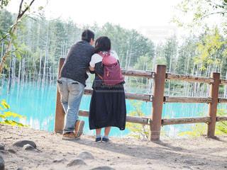 フェンスの前に立っている人の写真・画像素材[1382641]