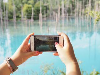 水のガラスを持っている手の写真・画像素材[1382652]