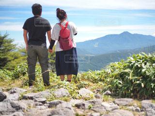 男と女の山の前に立っての写真・画像素材[1399041]