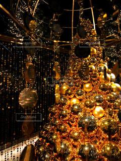 夜ライトアップされたクリスマス ツリーの写真・画像素材[1625672]